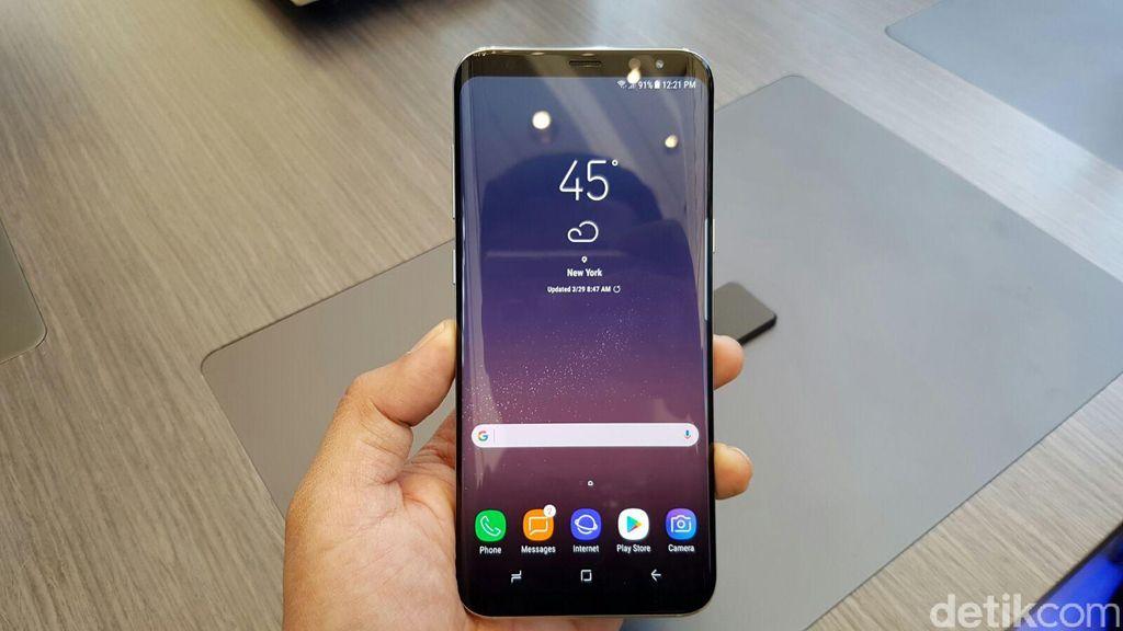 Galaxy S8 mengusung layar Infinity Display yang melengkung di pinggirnya, bezelnya pun begitu tipis. Sebagai ponsel flagship Samsung, tentu banyak keunggulannya seperti layar memukau, jeroan mumpuni, tahan air dan kamera berkualitas tinggi. Foto: Fino Yurio Kristo/detikINET