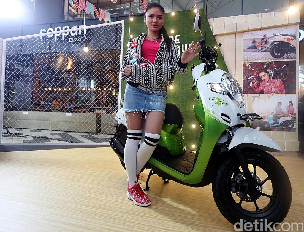 Tak mau kalah dengan Thailand, Honda di Indonesia juga merilis Scoopy. PT Astra Honda Motor mengklaim motor retro ini kian canggih dengan desain barunya.
