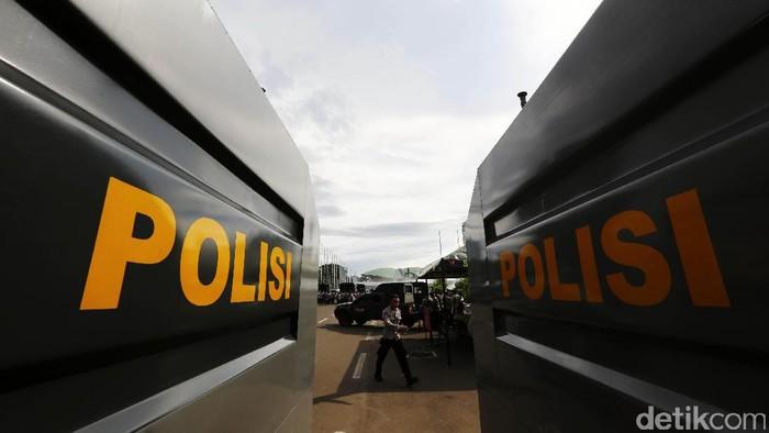Personel gabungan dari TNI,  brimob Mabes Polri dan Polda Metro Jaya melakukan apel pengamanan di halam Parkir Gedung DPR/MPR, Jakarta Pusat, Kamis (30/3/2017). Apel tersebut untuk pengamanan demo 313 yang rencananya akan dilakukan oleh Gerakan Mahasiswa Pemuda Bela Bangsa dan Rakyat yang tuntutannya terkait kinerja pemerintahan Jokowi-JK yang tak berpihak pada rakyat, penuntasan kasus korupsi KTP elektronik, dan penyelesaian kasus dugaan penodaan agama.