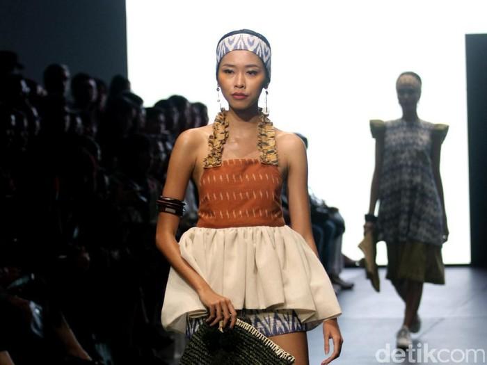Karya IKAT Indonesia by Didiet Maulana yang terinspirasi dinamika kehidupan urban. menghadirkan koleksinya di Plaza Indonesia Fashion Week 2017. jakarta. Plaza Indonesia.