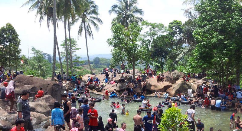 Foto: Wisata alam Taman Batu ada di Kampung Lembang Sari, Desa Cipeundeuy, Kecamatan Bojong, Kabupaten Purwakarta. Jaraknya 30 meter dari pusat kota (Mukhlis Dinillah/detikTravel)