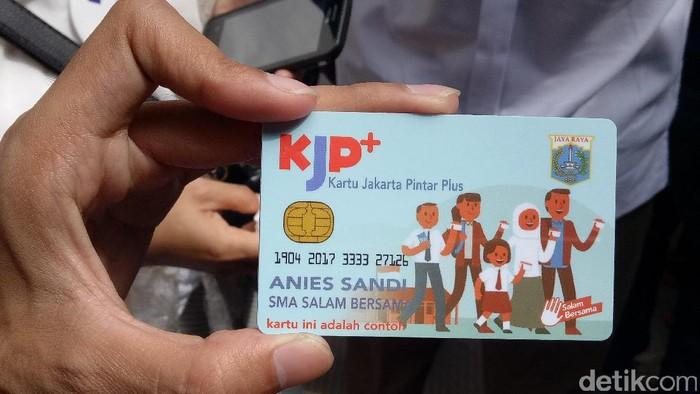 Sandiaga bagikan KJP Plus di Tambora