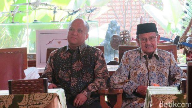 Ilham Akbar Habibie bersama BJ Habibie.