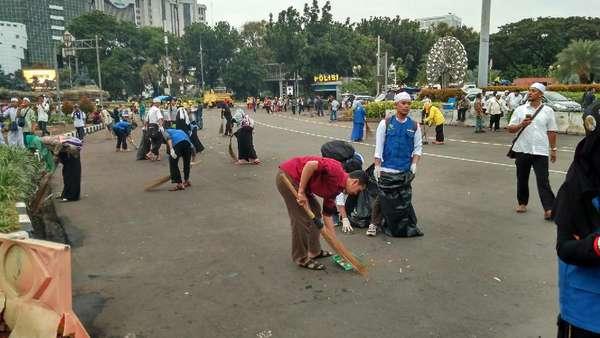Massa Aksi 313 Bersihkan Jalanan Bersama Petugas Kawasan Monas
