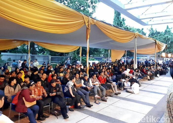 Para wajib pajak mengantre di bawah tenda di halaman Kantor Pajak Pusat atau Direktorat Jenderal Pajak, Jalan Jenderal Gatot Subroto, Jakarta, Jumat (31/3/2017).