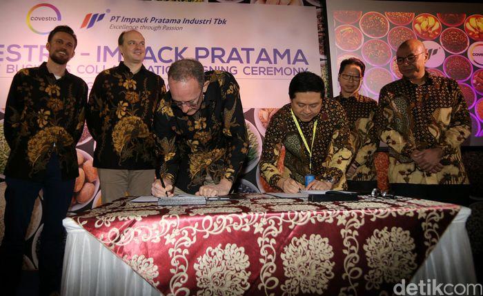 CEO PT Impack Pratama Industri Tbk Haryanto Tjiptodihardjo (kedua kiri), didampingi PC Unit Head Sugiarto Romeli (kiri), melakukan penandatanganan naskah kerjasama dengan CSO Covestro Richard Northcote (kedua kanan), didampingi Head Inclusive Business Stefan Koch, di Jakarta, Jumat (31/3).