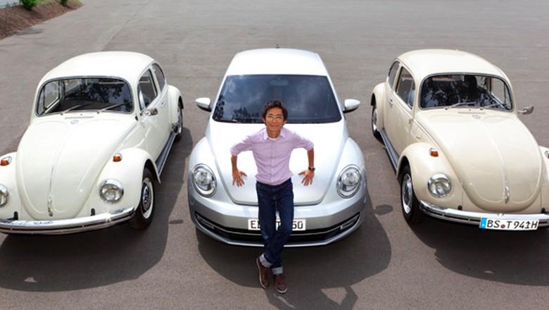 Desainer VW Chris Lesmana Berpose dengan VW Beetle Foto: Dok. Istimewa