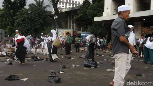 Massa Aksi 313 Long March, Relawan Bersih-bersih di Masjid Istiqlal