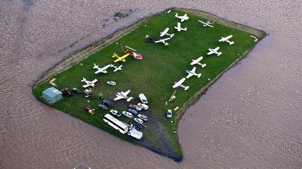 Pesawat-pesawat diparkir di area rumput di bandara lokal dekat kota Lismore