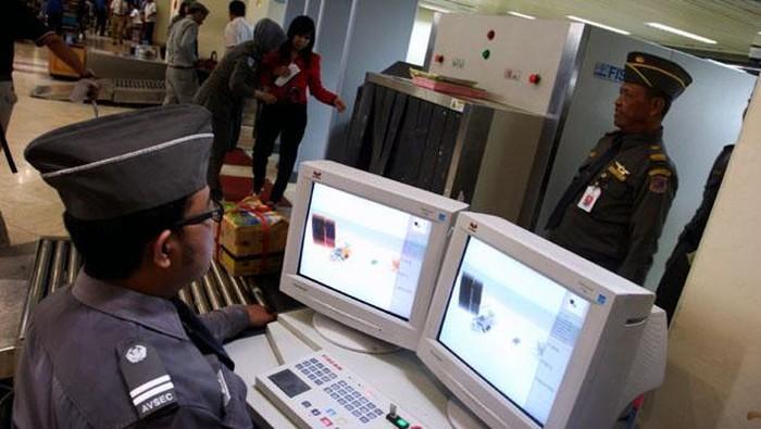Mesin x-ray memancarkan radiasi saat memeriksa tubuh dan barang bawaan penumpang. (Foto ilustrasi: Setkab.go.id)