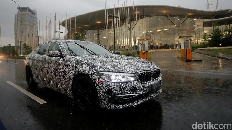 BMW Seri 5 dalam kamuflase (Foto: Agung Pambudhy)