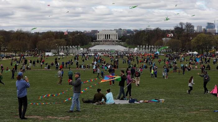 Monumen paling ikonik di Washington, DC, menjadi tempat warga AS untuk sekedar menghabiskan waktu di akhir pekan.