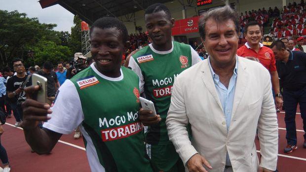 Mantan Presiden FC Barcelona Joan Laporta (kanan) saat berkunjung ke Indonesia bertemu tim PS TNI. (