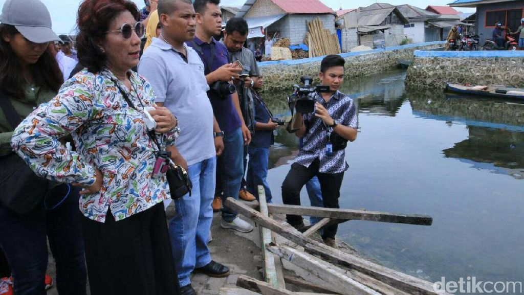 Tampil Kasual, Susi Blusukan ke Kampung Nelayan Bajo di Wakatobi