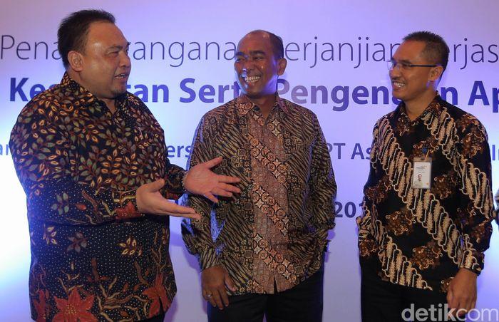 Direktur SDM dan Umum Pelindo 3 Toto Heli Yanto, Direktur Utama Pelindo 3 Orias Petrus Moedak dan Direktur Utama Mandiri Inhealth Iwan Pasila berbincang usai penandatangan kerja sama di Jakarta, Senin (3/4/2017).