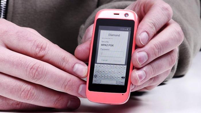 Ini Smartphone Terkecil Di Dunia
