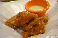 Hooters Jakarta: Mencicip <i>Chicken Wings</i> Enak Bersama Hooters Girl Sexy