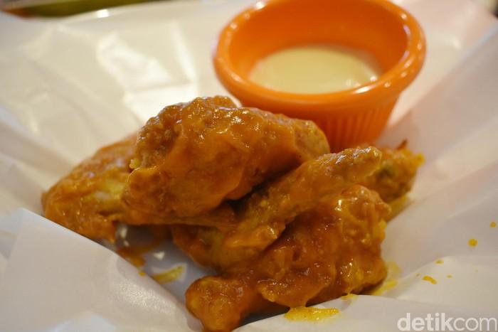 Buka di kawasan Kemang, Jakarta Selatan. Hooters punya menu andalan yaitu original wings. Sajian ini terdiri dari enam buah sayap ayam yang garing dengan balutan saus oranye. Enak dicelup dengan saus honey mustard.