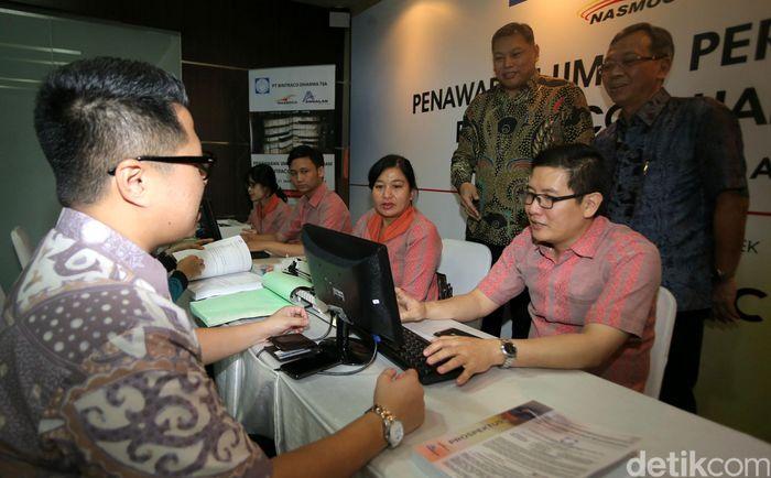 Dirut PT Bintraco Dharma Tbk Sebastianus H Budi (ketiga kanan) dan Wakil Dirut Benny Redjo Setyono (kedua kanan) melihat proses penawaran perdana saham, di Jakarta, Senin (3/4).