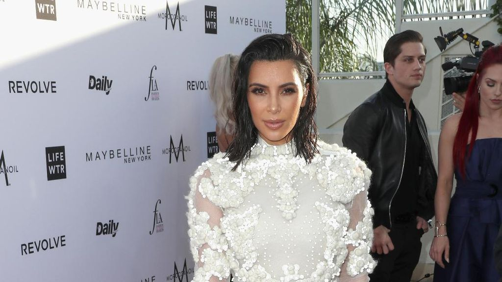 Pakai Jepit Sebagai Headband, Gaya Rambut Kim Kardashian Ini Mudah Ditiru