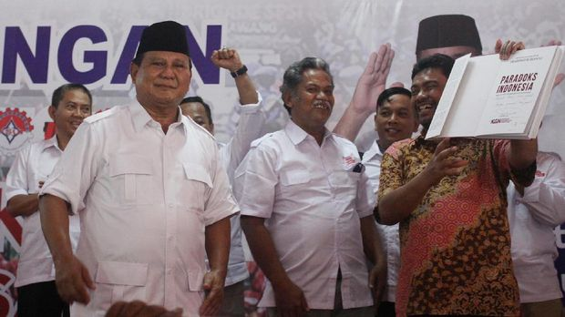 Ketua Umum Partai Gerindra Prabowo Subianto (kiri) dan Presiden Konfederasi Serikat Pekerja Indonesia (KSPI) Said Iqbal (kanan), di Kantor DPP Partai Gerindra, Jakarta, 2017.