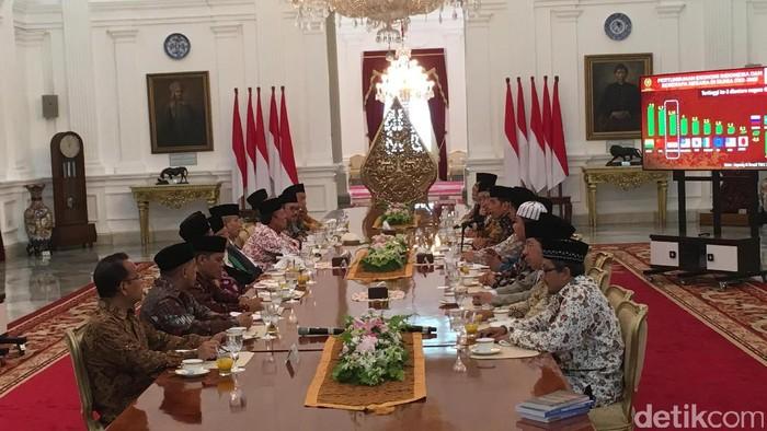 Presiden Joko Widodo menerima kedatangan para ulama di Istana Merdeka, Selasa (4/4/2017). Foto: Ray Jordan/detikcom