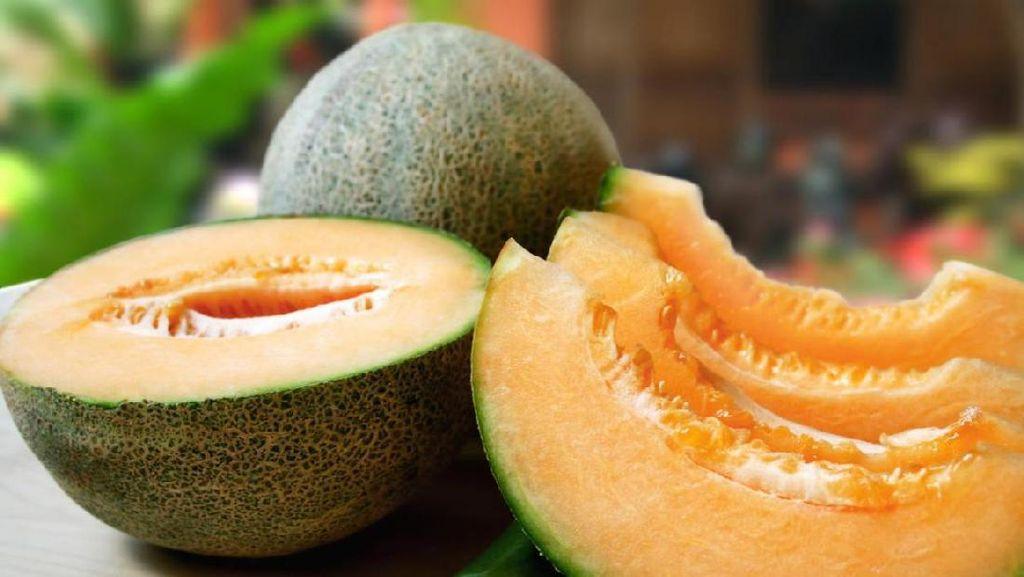Wanita Ini Ditahan Polisi karena Tusuk Melon Rp 1,8 Juta Sampai Bolong!