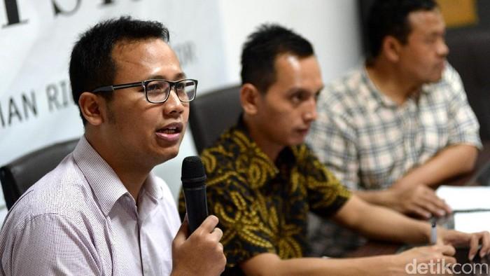 Para narasumber memaparkan pandangannya terkait kasus korupsi PT PAL dalam diskusi 'Membongkar Korupsi Alutsista' di Kantor Imparsial, Jakarta, Selasa (4/4/2017).   Hadir dalam diskusi itu (kiri-kanan) Wadir Imparsial Gufron Mabruri, Anggota Badan Pekerja ICW Tama S Langkun, Direktur Eksekutif Imparsial Al Araf, dan Deputi Sekjen TII Dedi Haryadi.
