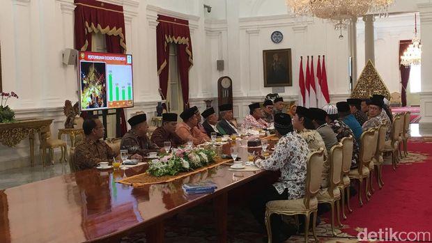 Presiden Joko Widodo menerima kedatangan para ulama di Istana Merdeka, Selasa (4/4/2017)