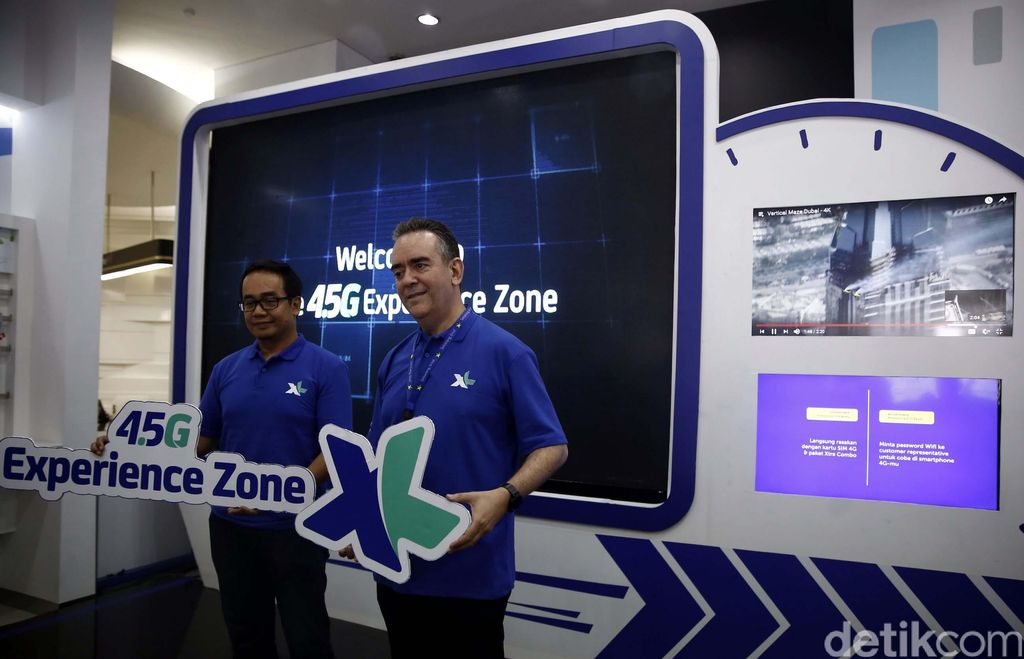 Sr. Advisor XL Center and Postpaid XL Axiata, Rashad Javier Sanchez (kanan) bersama VP LTE XL Axiata, Rahmadi Mulyohartono (kiri) usai meresmikan 4,5G Xperience Zone di Jakarta, Rabu (5/4).