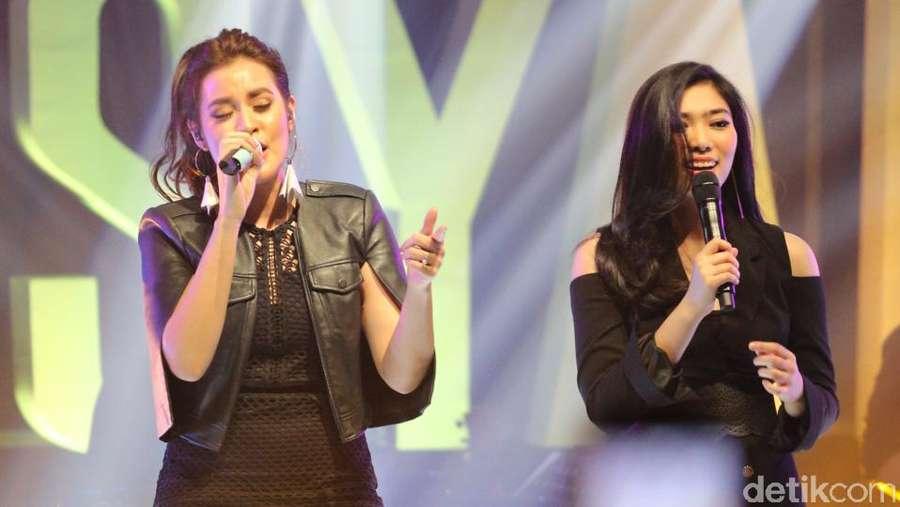 Kemeriahan Showcase Raisa & Isyana