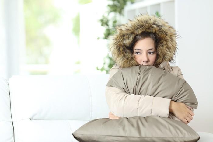 Tubuhmu akan kehilangan panas melalui konduksi saat kamu duduk di tempat yang dingin. Angin mencuri panas tubuh melalui konveksi. Jika cuaca sedang dingin, yang pertama dilakukan pastinya menggunakan jaket agar tetap hangat. Foto: ilustrasi/thinkstock