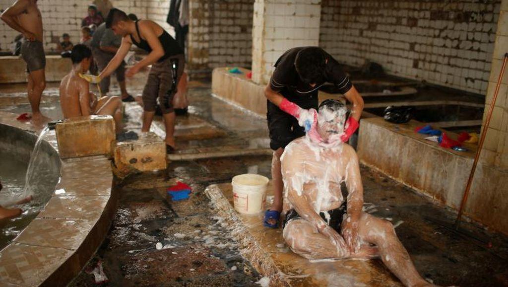 Di Tengah Kecamuk Perang, Pemandian Air Panas Mosul Dibuka Kembali