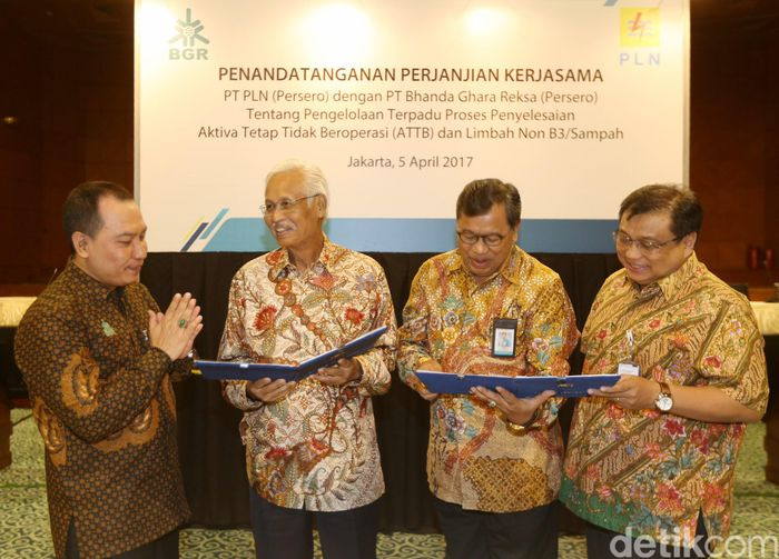 Direktur Utama PT Bhanda Ghara Reksa (Persero), R Ruli Adi, (dari kiri) berbincang dengan Direktur Keuangan PLN, Sarwono Sudarto, Direktur Operasi dan Pengembangan BGR, Nofrisel, dan Asisten Deputi Bidang Energi Logistik Kawasan dan Pariwisata Kementerian BUMN, Agus Suharyono, seusai penandatanganan kerjasama di Jakarta, Rabu (5/4).