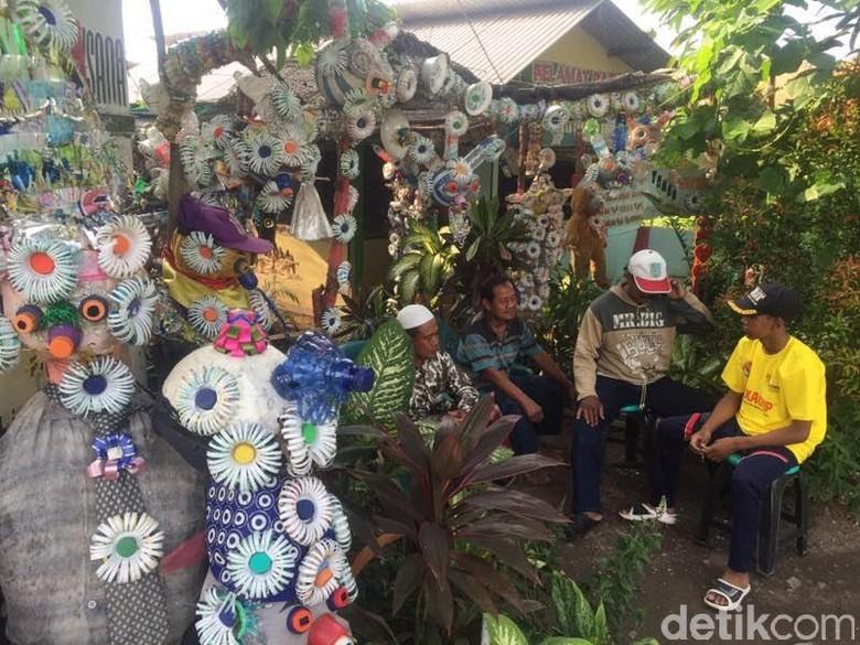 Suryansyah Manfaatkan Botol dan Plastik Bekas untuk Hias Rumahnya