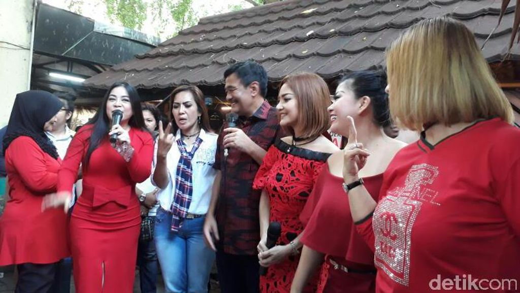 Kompak Berbaju Merah, Five V hingga Annisa Bahar Dukung Ahok-Djarot