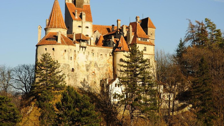 Original Draculas Bran Castle in the light of sunset seen from the same level, RAW converted file with Nikon NX, no filters or other modifications !