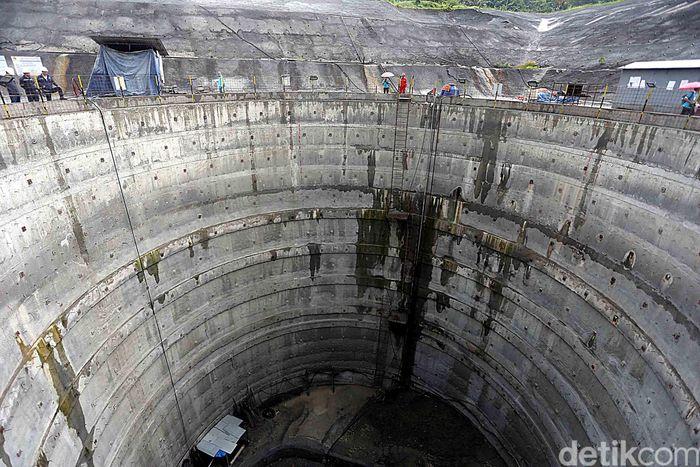 Para pekerja merampungkan pembangunan Pembangkit Listrik Tenaga Air (PLTA) Jatigede, Kamis (6/4/2017).