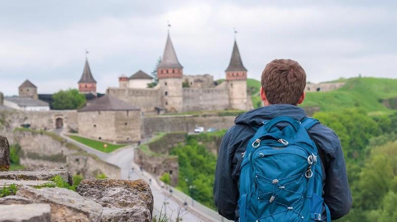 Ilustrasi traveler di kastil