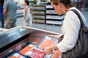 Jadi Viral, Nenek Ini Pakai Tas Louis Vuitton Seharga Rp 15 Juta untuk Bawa Ikan Segar!