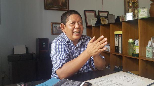 Uke memutuskan mengembangkan batik khas Banten.