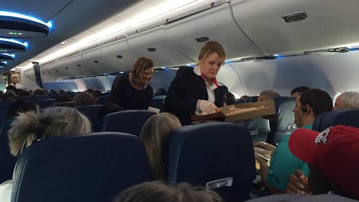 Maskapai pizza Delta Airlines bagi-bagi pizza kepada para penumpang karena pesawat mereka delay