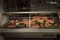 Wouw! Tukang Daging Ini Pajang Wanita Telanjang di Lemari Display!