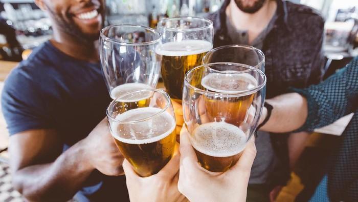 Ilustrasi pria minum bir. Foto: iStock
