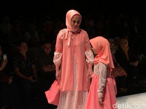Foto: Aksi Ben Kasyafani & Putrinya Sienna di Fashion Show Elzatta Hijab