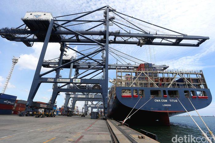 Kapal peti kemas CMA-CGM Titus diklaim sebagai kapal dagang terbesar dari yang pernah bersandar di Priok. Panjang kapal mencapai 335 meter atau 3 kali panjang lapangan sepak bola !