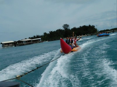 Celebrity on Vacation: Main Banana Boat di Pulau Sirandah