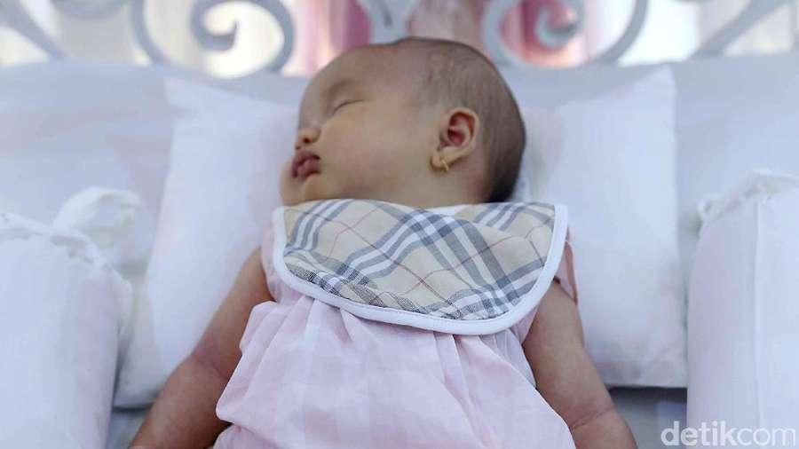 Andhika Pratama Bikin Salah Fokus di Akikah Putrinya