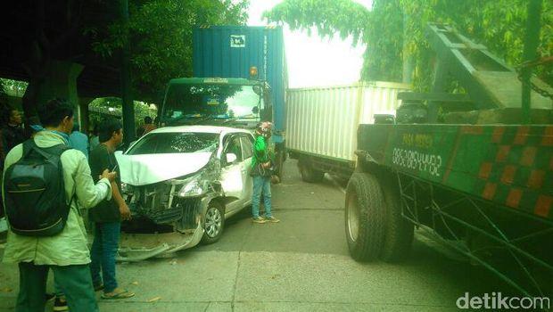 4 Mobil Kecelakaan Beruntun di Kelapa Gading
