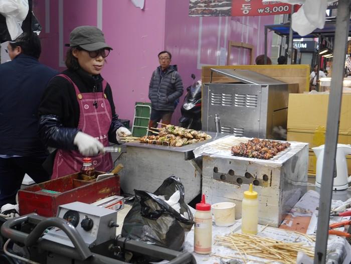 Penjual Jajanan Kaki Lima (Foto: Kurnia Yustiana)